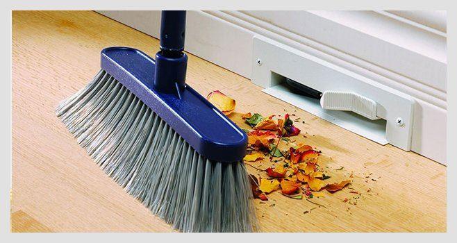 Prise balai pour aspiration des poussières dans plinthe de cuisine